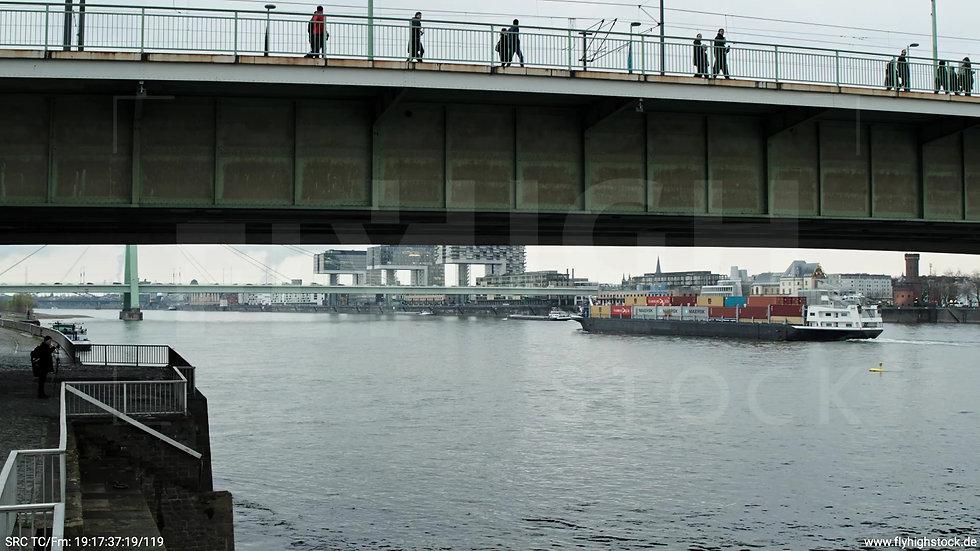 Köln Kennedy-Ufer Deutzer Brücke Rückflug nach oben tagsüber 2