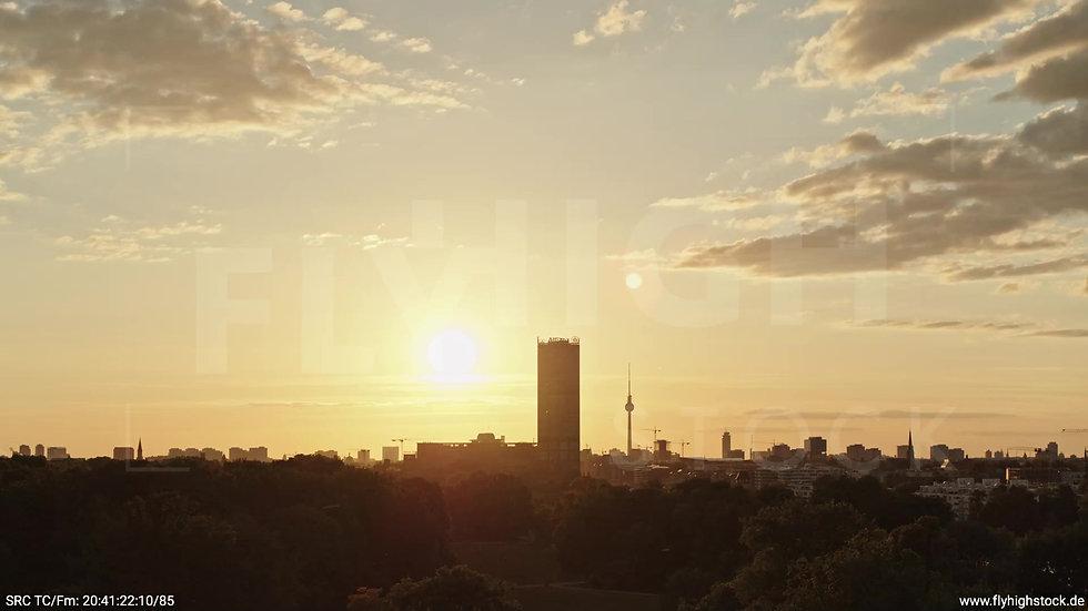 Berlin Treptower Park Skyline Parallelflug abends 2
