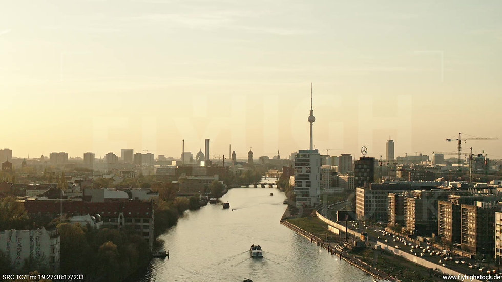 Berlin Oberbaumbrücke Skyline Parallelflug abends 2