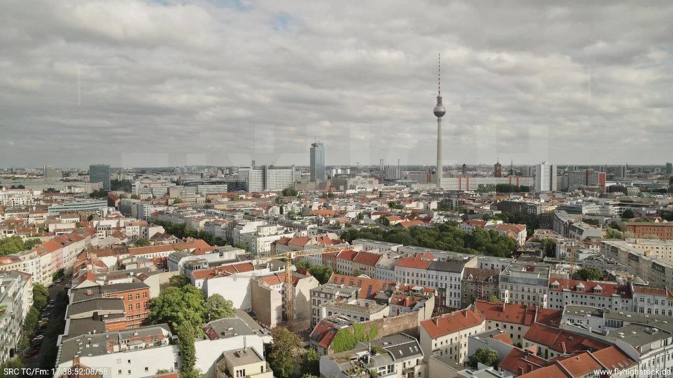 Berlin Volkspark am Weinberg Alexanderplatz Skyline Rückflug tagsüber 2