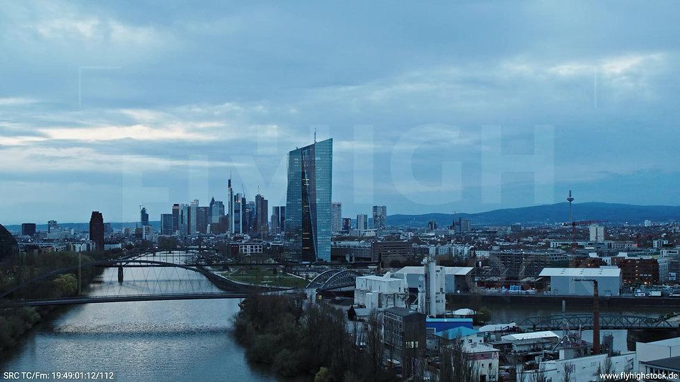 Frankfurt Osthafenbrücke Zuflug Skyline abends 19