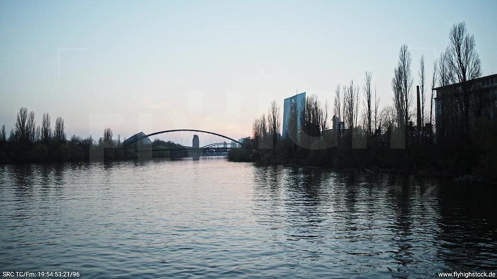 Frankfurt Osthafenbrücke Zuflug nach oben Skyline abends 8
