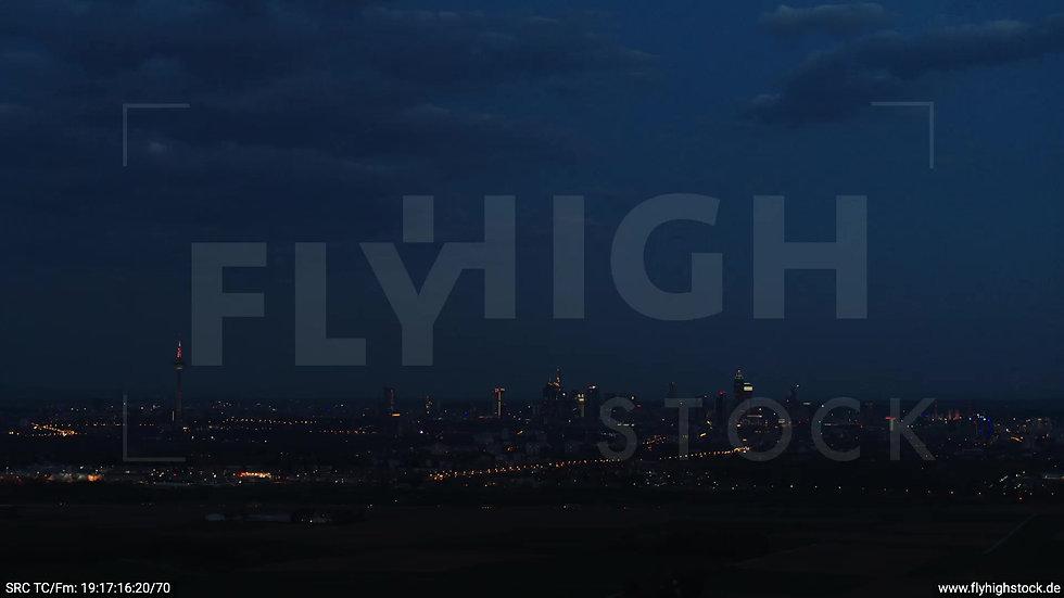 Frankfurt Skyline Zuflug abends 7