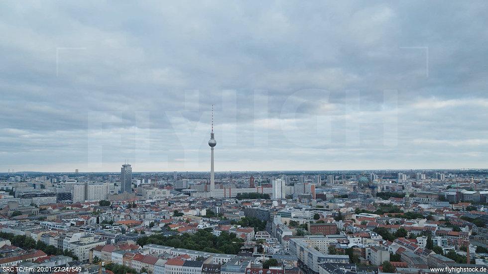 Berlin Volkspark am Weinberg Alexanderplatz Skyline Hub abends 3