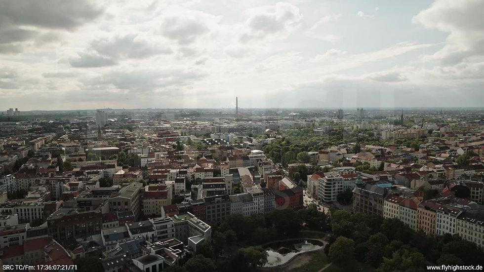 Berlin Volkspark am Weinberg Skyline Zuflug tagsüber 2