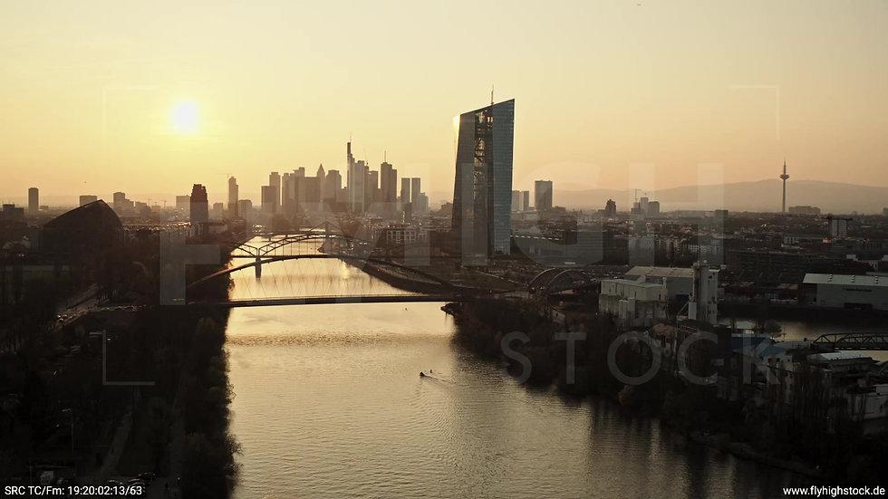 Frankfurt Osthafenbrücke Zuflug Skyline abends 3