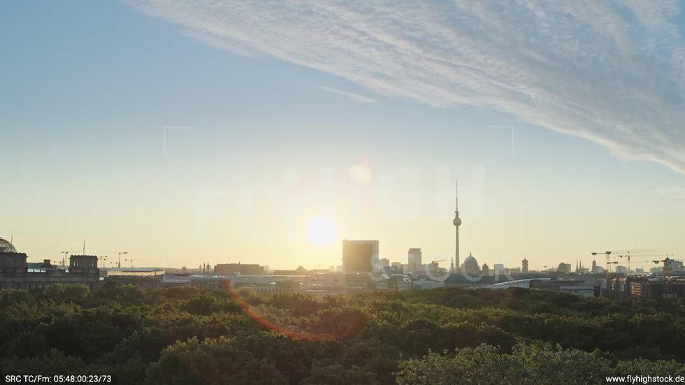 Berlin Tiergarten Brandenburger Tor tiefer Parallelflug morgens D029_C017