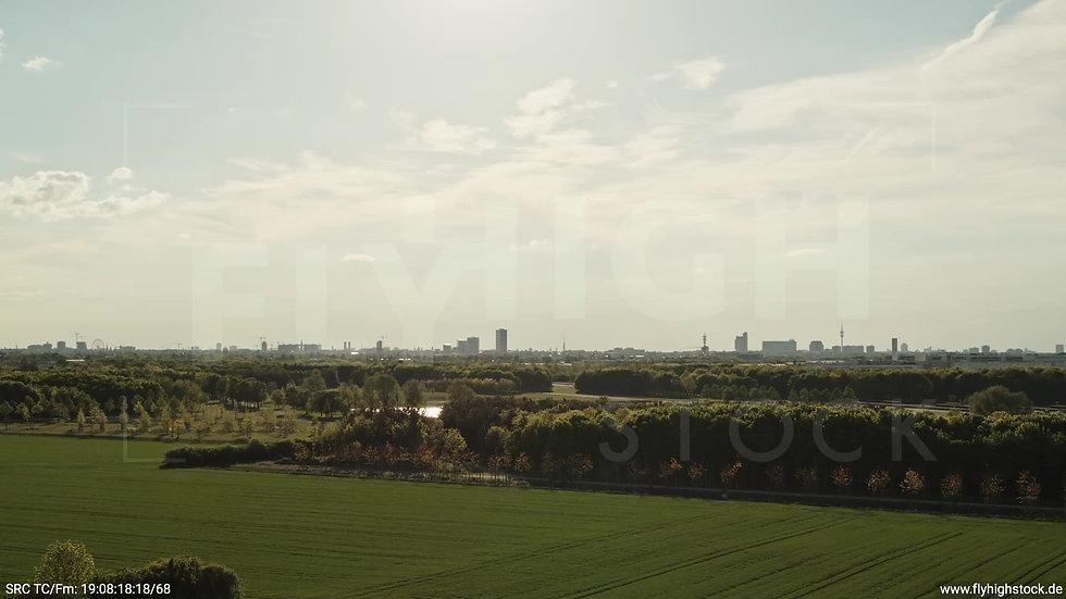 München Riemer Park Skyline tiefer Zuflug tagsüber