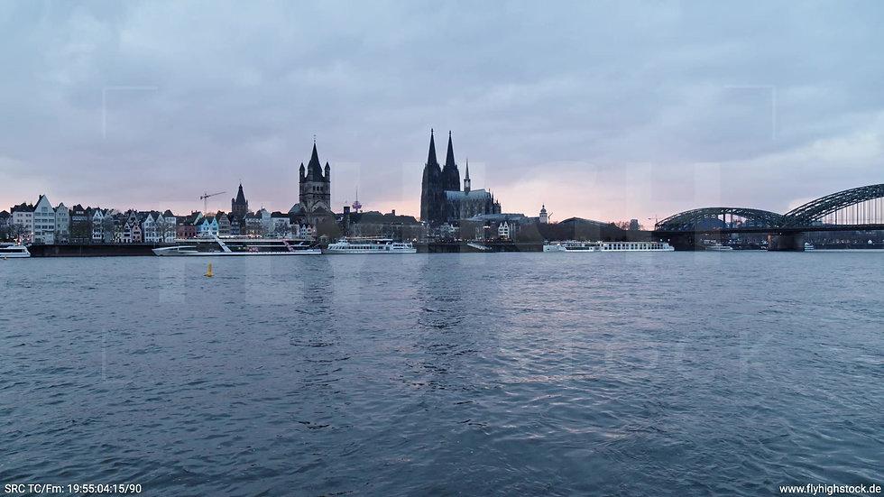 Köln Kennedy-Ufer Skyline Zuflug nach oben abends 2