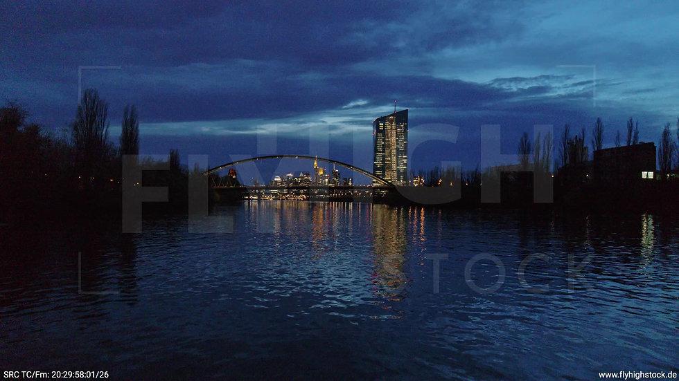 Frankfurt Osthafenbrücke Zuflug nach oben Skyline abends 16