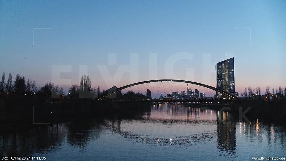Frankfurt Osthafenbrücke Hub Skyline abends 11