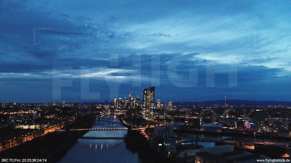 Frankfurt Osthafenbrücke Zuflug Skyline abends 29