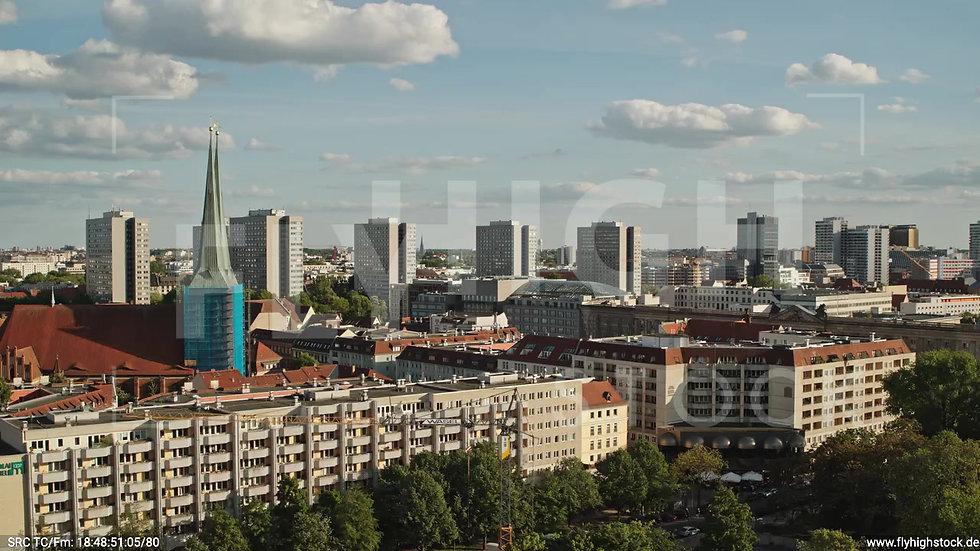 Berlin Neptunbrunnen Hochhaus Skyline tiefer Rückflug abends D041_C018