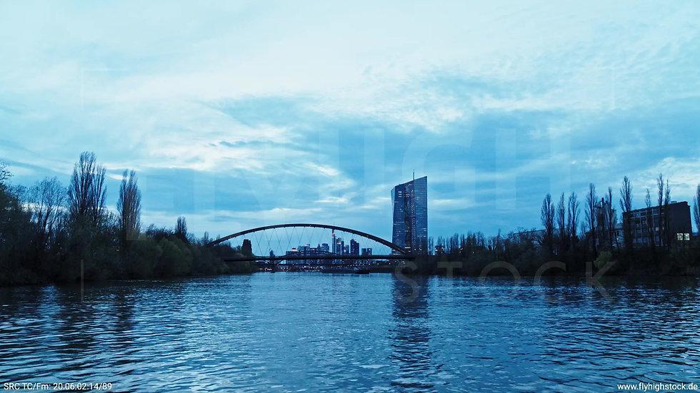 Frankfurt Osthafenbrücke Zuflug nach oben Skyline abends 12