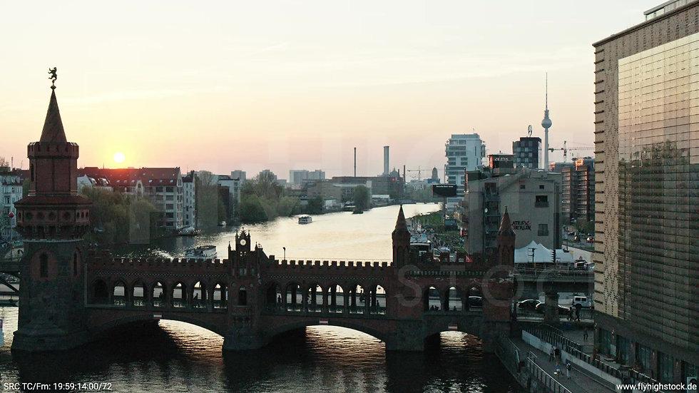 Berlin Oberbaumbrücke Skyline Hub abends 4