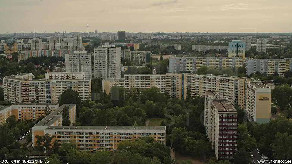 Berlin Marzahn Skyline Rückflug nach oben tagsüber 5