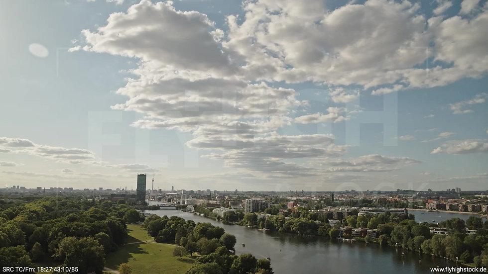 Berlin Treptower Park Skyline Parallelflug tagsüber
