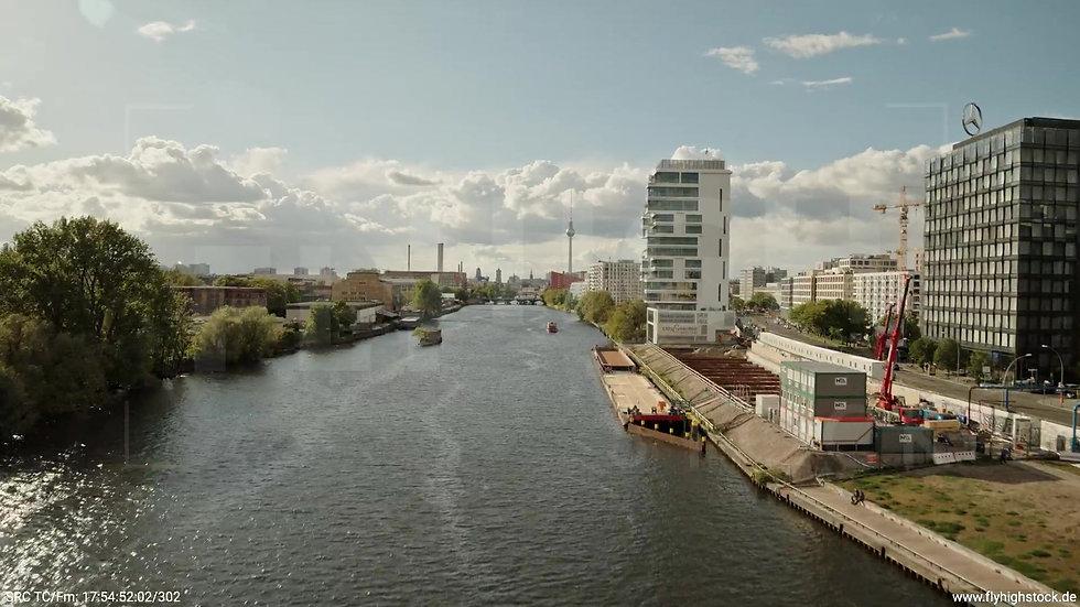 Berlin East Side Gallery Skyline Zuflug nach oben tagsüber