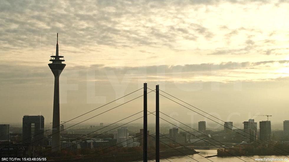 Düsseldorf Rheinkniebrücke Skyline Rückflug abends F008_C018