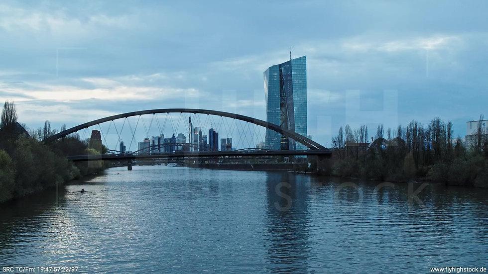 Frankfurt Osthafenbrücke Hub Skyline abends 17