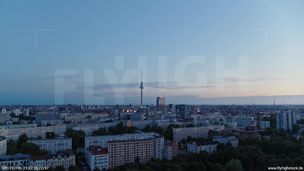 Berlin Volkspark Friedrichshain Alexanderplatz Skyline Rückflug n. o. abends