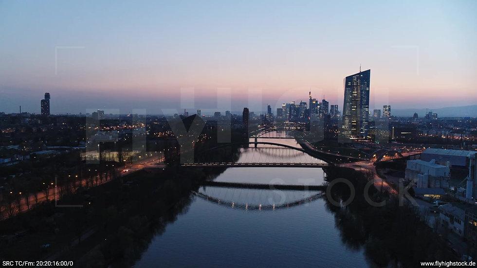 Frankfurt Osthafenbrücke Zuflug Skyline abends 12