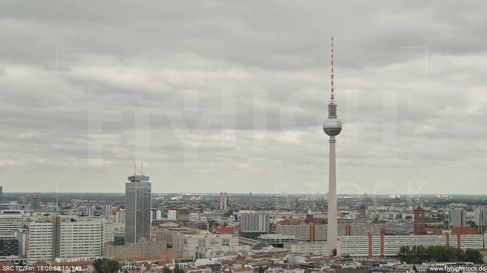 Berlin Volkspark am Weinberg Alexanderplatz Skyline Parallelflug tagsüber