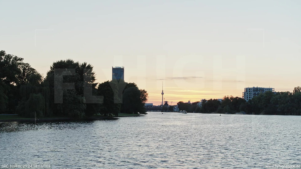 Berlin Treptower Park Skyline Zuflug nach oben abends 5