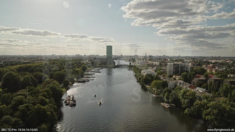 Berlin Treptower Park Skyline Rückflug tagsüber 3