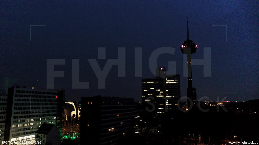 Köln Innerer Grüngürtel Colonius Fernsehturm Parallelflug nach oben nachts