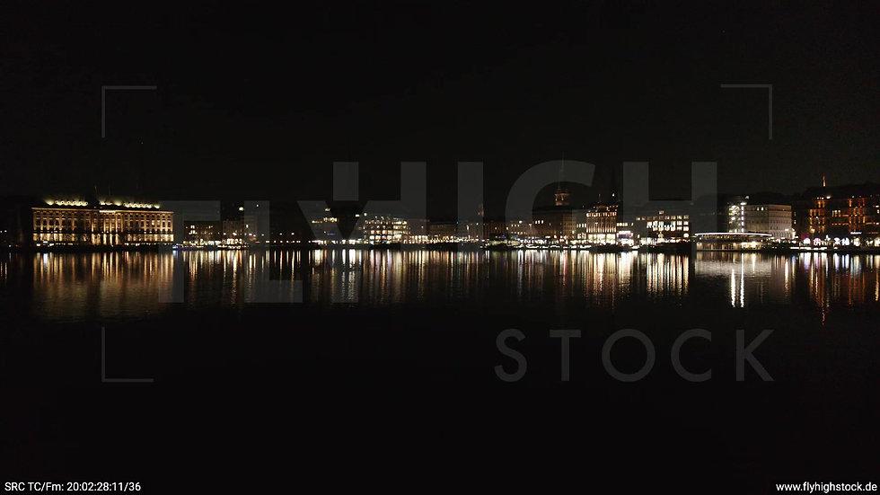 Hamburg Innenalster Zuflug nach oben Rathaus nachts 2
