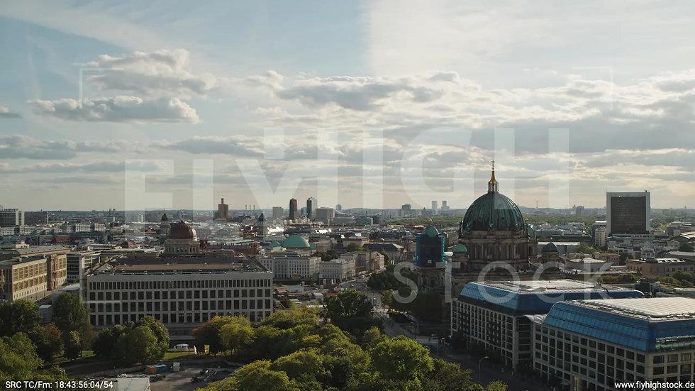 Berlin Neptunbrunnen Berliner Schloss tiefer Zuflug abends D041_C010
