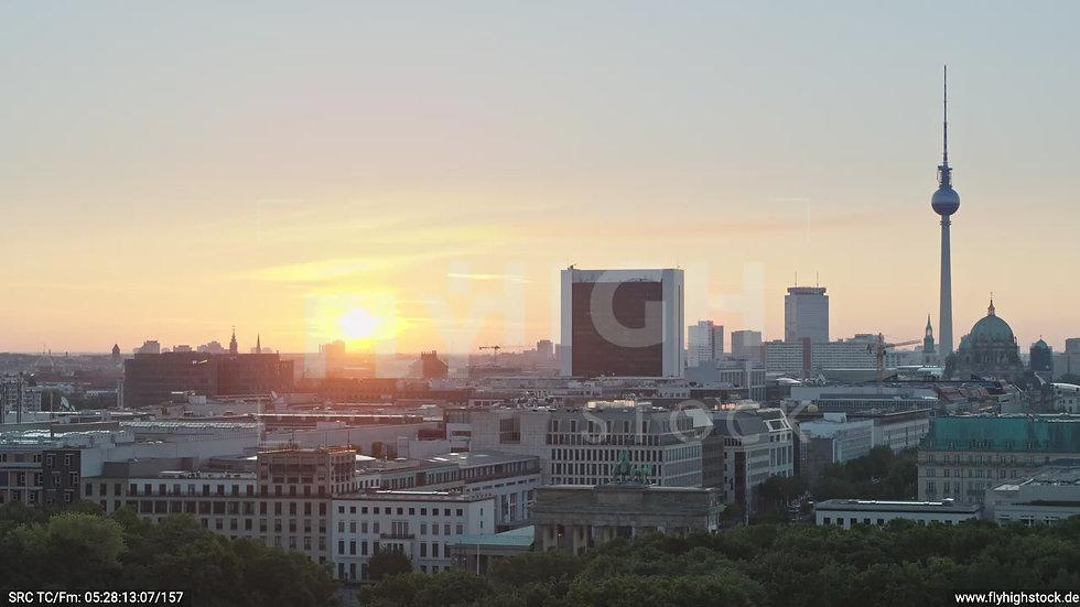 Berlin Tiergarten Brandenburger Tor Rückflug nach oben morgens D029_C005
