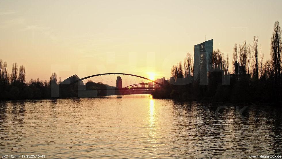 Frankfurt Osthafenbrücke Zuflug nach oben Skyline abends 4