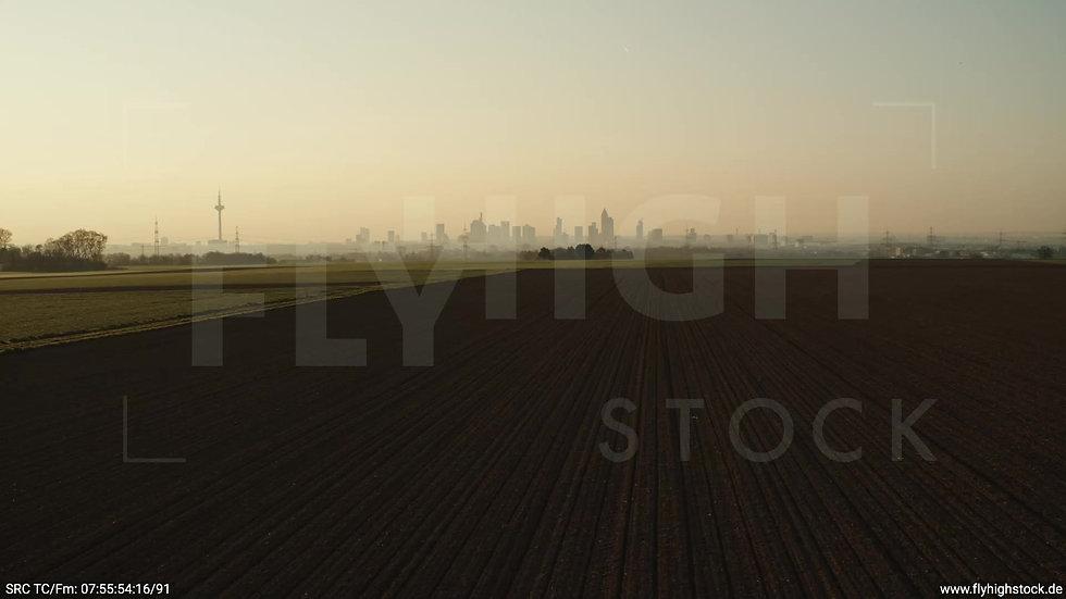 Frankfurt Skyline Zuflug nach oben morgens