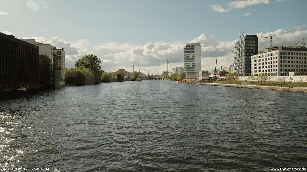 Berlin East Side Gallery Skyline Zuflug nach oben tagsüber 2