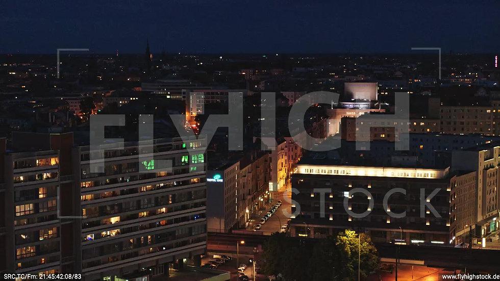 Berlin Neptunbrunnen Volksbühne tiefer Parallelflug abends D043_C010