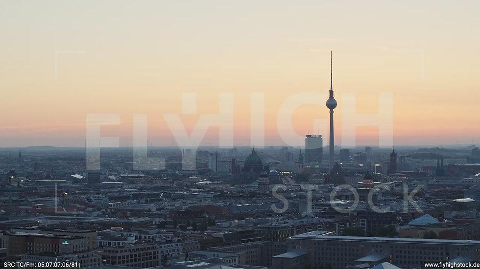 Berlin Potsdamer Platz Ost Skyline Parallelflug nach unten morgens D034_C002
