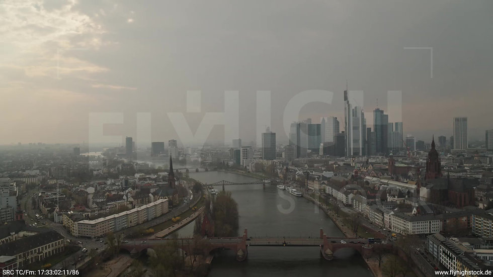 Frankfurt Alte Brücke Zuflug Skyline tagsüber 6