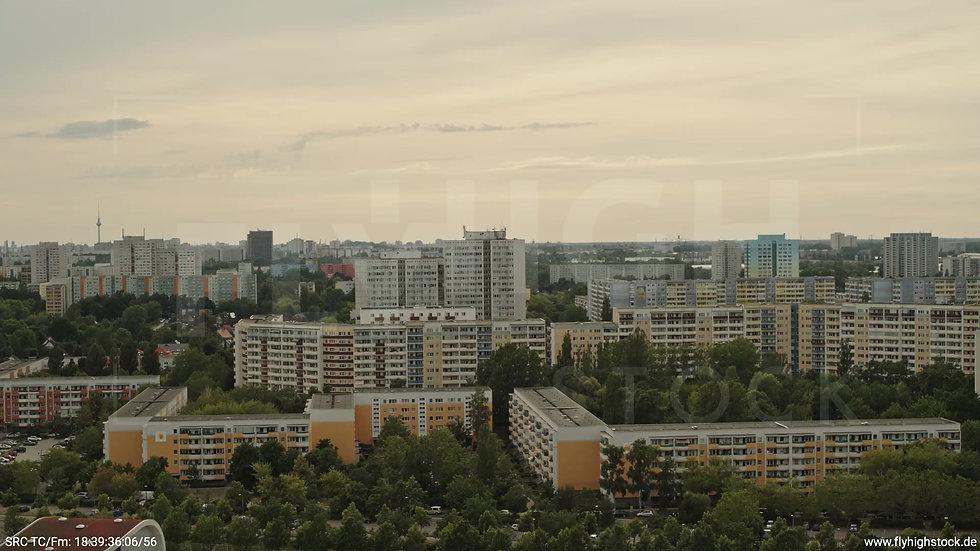 Berlin Marzahn Skyline Rückflug nach oben tagsüber 4