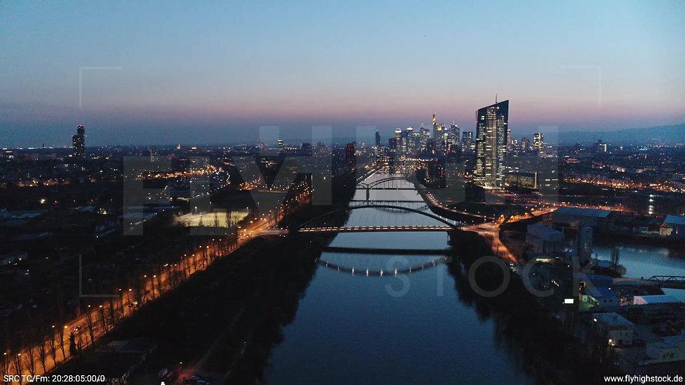 Frankfurt Osthafenbrücke Zuflug Skyline abends 16