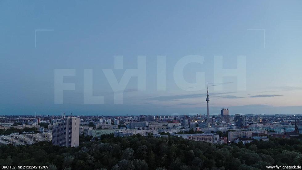 Berlin Volkspark Friedrichshain Alexanderplatz Skyline Zuflug abends 9