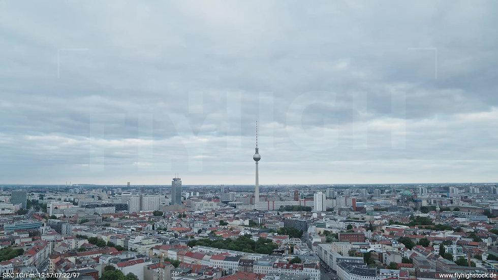 Berlin Volkspark am Weinberg Alexanderplatz Skyline Zuflug tagsüber 6