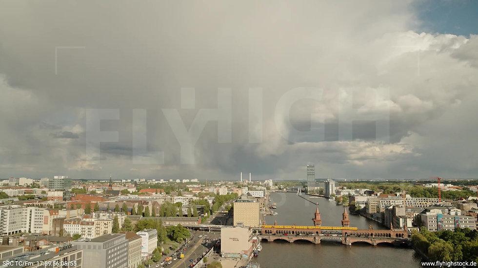 Berlin East Side Gallery Allianz Skyline Zuflug tagsüber 2
