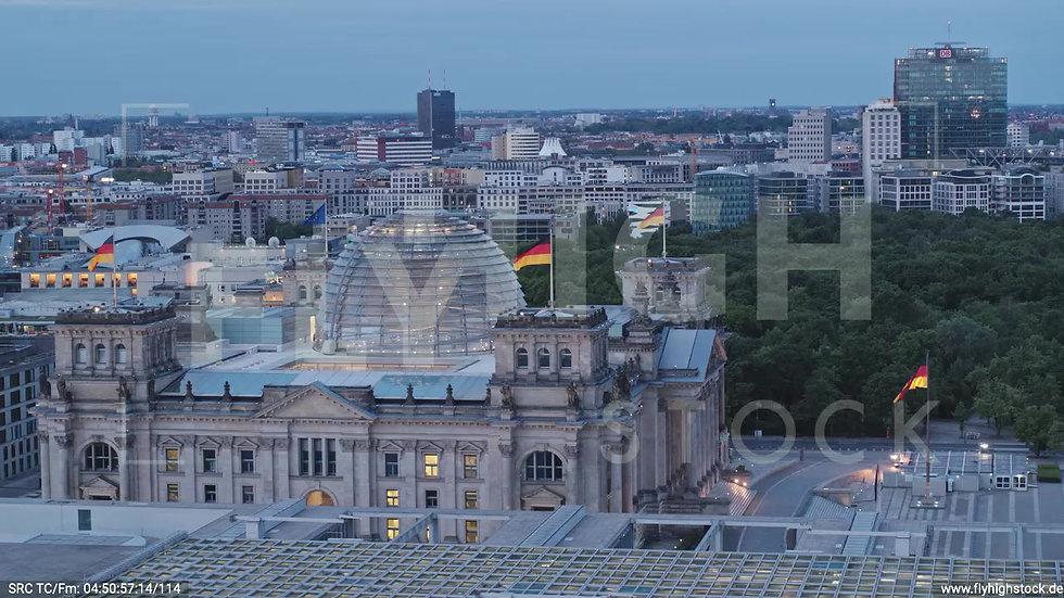 Berlin Spreebogenpark Reichstagsgebäude tiefer Parallelflug morgens D037_C003