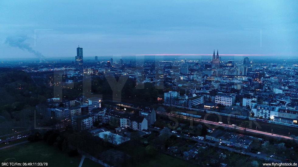 Köln Innerer Grüngürtel Dom Skyline Zuflug morgens 6