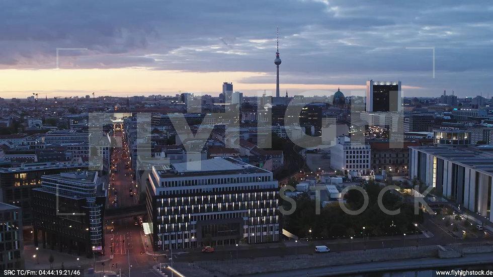Berlin Spreebogenpark Ost Skyline Zuflug nach unten morgens D036_C013