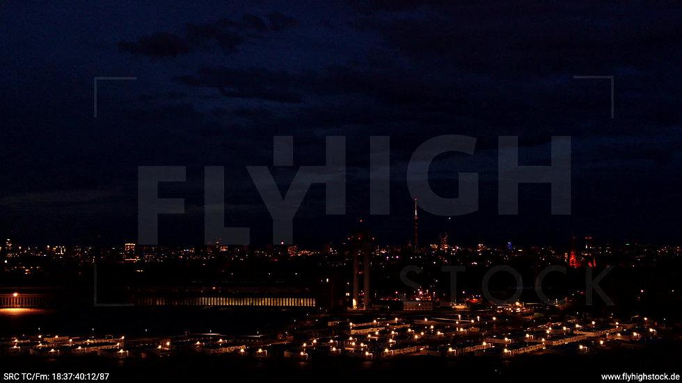 Berlin Flughafen Tempelhof Skyline Parallelflug abends D009_C007