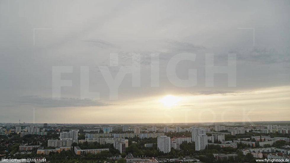 Berlin Marzahn Skyline Zuflug abends