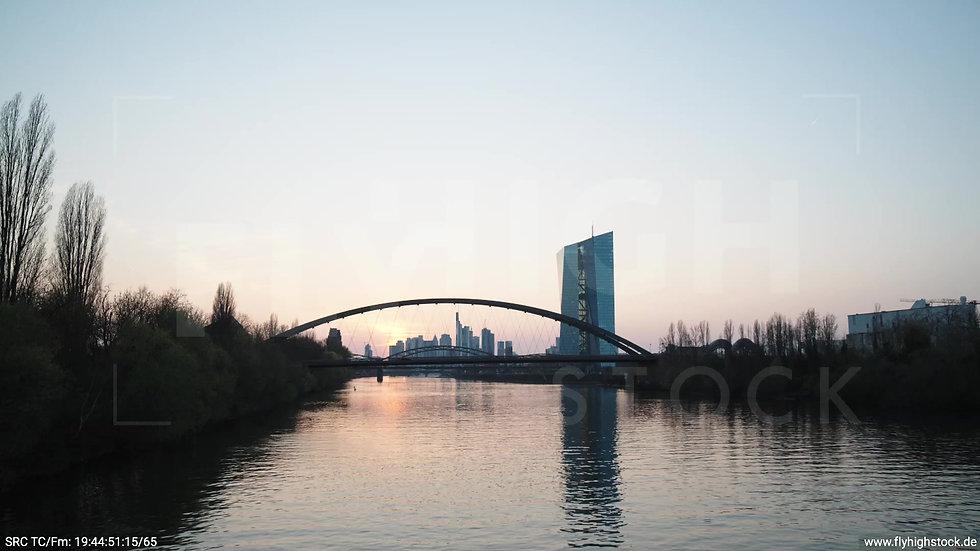 Frankfurt Osthafenbrücke Hub Skyline abends 6